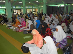 Para jemaah sedang khusyuk mengikuti kursus